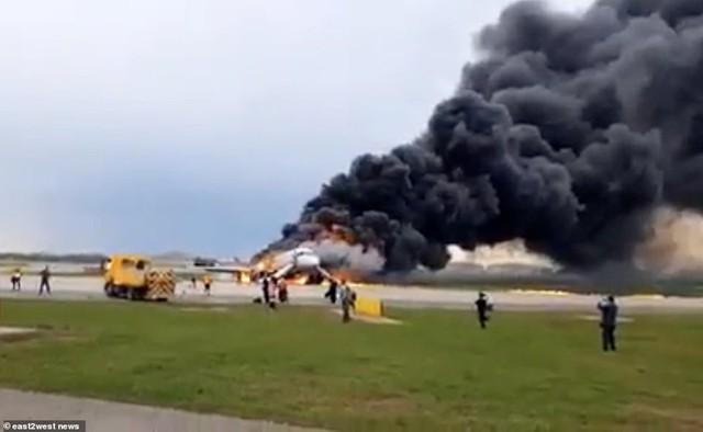 Hiện trường vụ cháy máy bay ở Nga, ít nhất 41 người thiệt mạng - Ảnh 13.