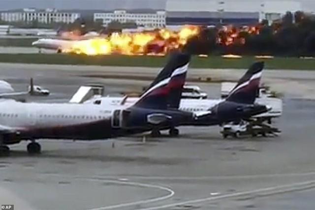Hiện trường vụ cháy máy bay ở Nga, ít nhất 41 người thiệt mạng - Ảnh 4.