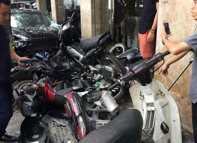 Hiện trường ô tô điên đâm 6 xe máy trên vỉa hè gần hồ Tây - Ảnh 4.
