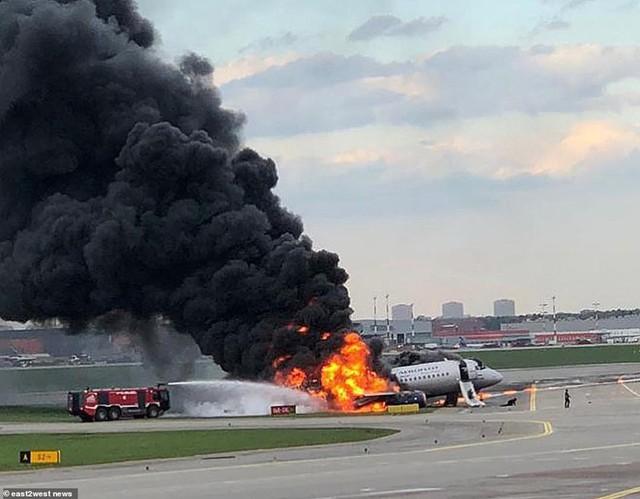 Hiện trường vụ cháy máy bay ở Nga, ít nhất 41 người thiệt mạng - Ảnh 7.