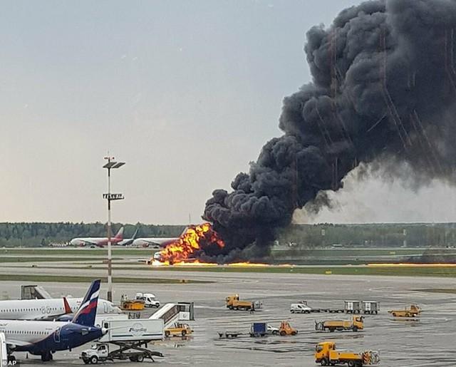Hiện trường vụ cháy máy bay ở Nga, ít nhất 41 người thiệt mạng - Ảnh 9.