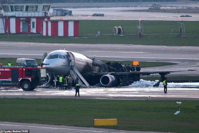 Máy bay Nga bốc cháy khiến 41 người thiệt mạng, một nữ tiếp viên được vinh danh anh hùng nhờ hành động xả thân cứu người đáng quý - Ảnh 1.