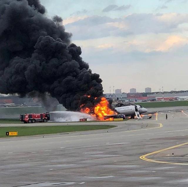 Máy bay Nga bốc cháy khiến 41 người thiệt mạng, một nữ tiếp viên được vinh danh anh hùng nhờ hành động xả thân cứu người đáng quý - Ảnh 2.