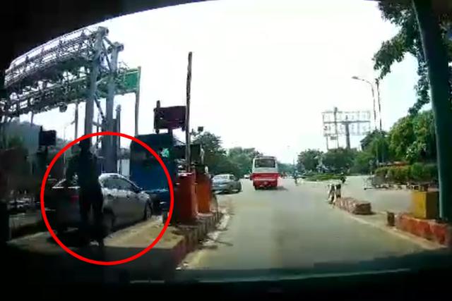 Clip: Xe con núp bóng xe khách để trốn vé qua trạm thu phí, nhân viên nháo nhào đuổi theo nhưng bất lực - Ảnh 2.