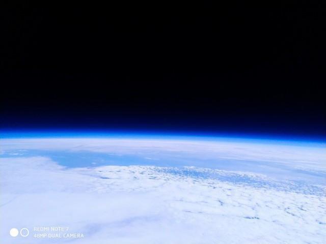 Dẹp Apple và Samsung đi, smartphone chơi lớn là phải bay lên vũ trụ bằng khinh khí cầu để chụp ảnh như này! - Ảnh 2.
