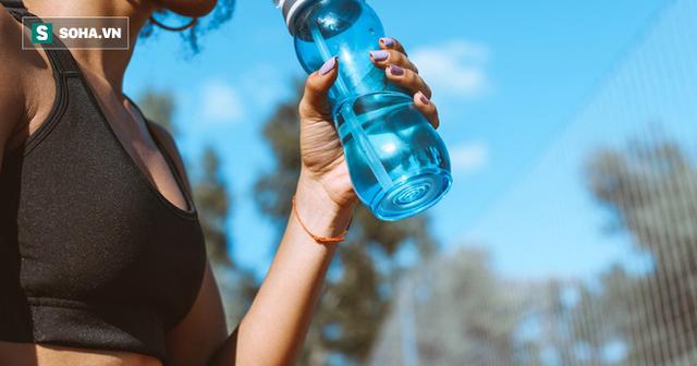6 cách uống nước tưởng tốt hoá ra gây hại, quá nhiều người vẫn đang làm - Ảnh 1.