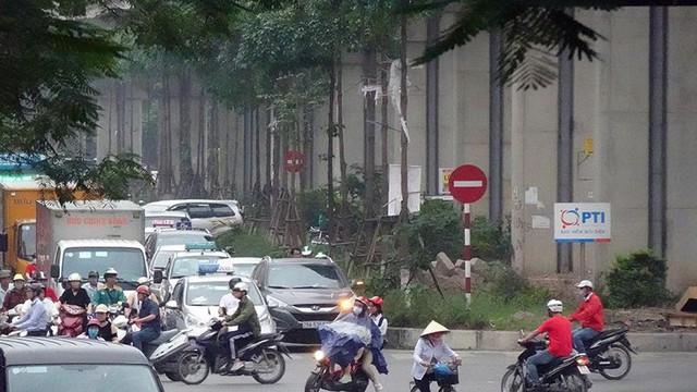Cận cảnh một số tuyến phố chuẩn bị xén giải phân cách mở rộng lòng đường - Ảnh 12.