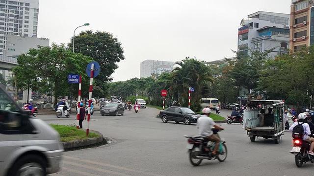 Cận cảnh một số tuyến phố chuẩn bị xén giải phân cách mở rộng lòng đường - Ảnh 9.