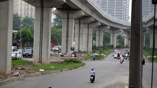 Cận cảnh một số tuyến phố chuẩn bị xén giải phân cách mở rộng lòng đường - Ảnh 10.