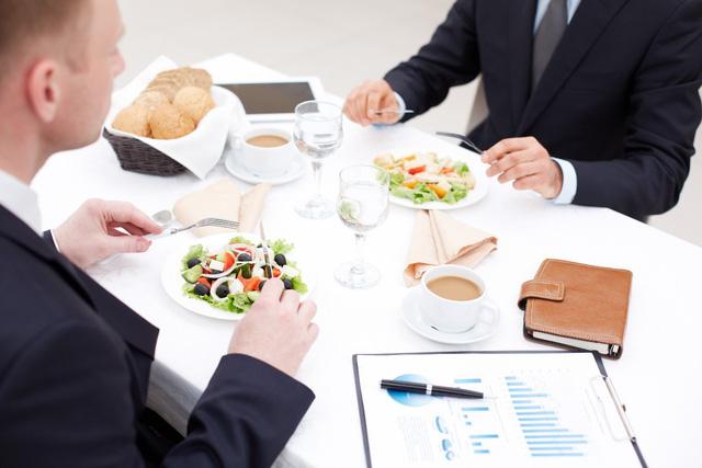 Ăn một bữa cơm cũng góp phần nhìn thấu bản chất một người, người làm được 2 điều sau trong bữa ăn sớm muộn cũng có ngày công thành danh toại - Ảnh 1.