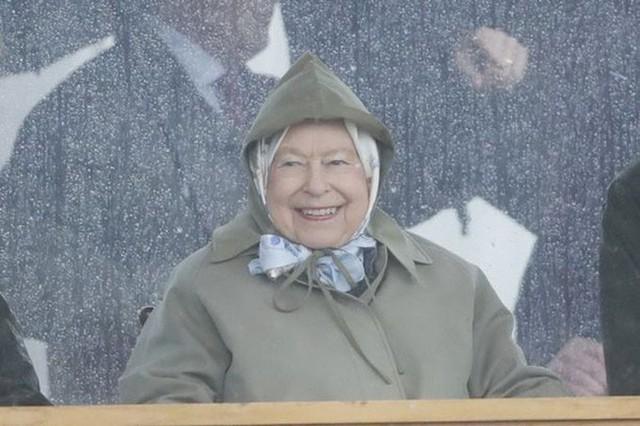 Con trai đầu lòng của Meghan đã tạo nên khoảnh khắc chưa từng có trong bức hình lịch sử, đánh dấu mốc quan trọng của Hoàng gia Anh ở điểm đặc biệt này - Ảnh 1.