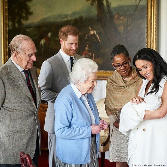Con trai đầu lòng của Meghan đã tạo nên khoảnh khắc chưa từng có trong bức hình lịch sử, đánh dấu mốc quan trọng của Hoàng gia Anh ở điểm đặc biệt này - Ảnh 2.
