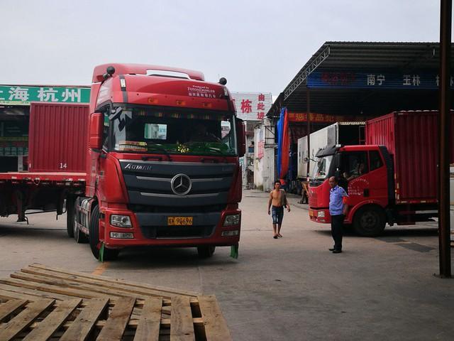 Có một ngành ở Trung Quốc hưởng lợi từ việc các công ty tháo chạy sang Việt Nam - Ảnh 1.