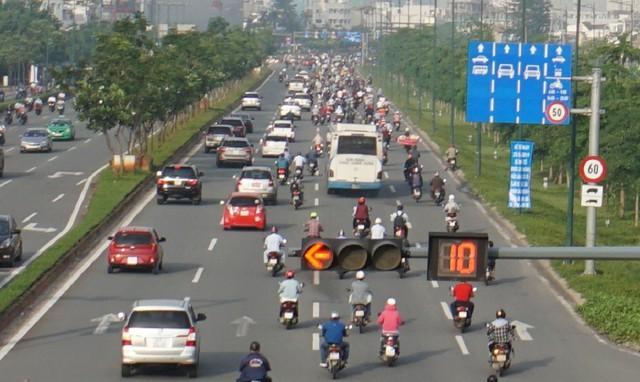 Thả xe máy vào làn ô tô, đường nội đô đẹp nhất Sài Gòn vỡ tổ - Ảnh 2.