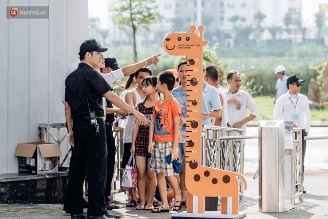 Người dân Hà Nội thích thú trải nghiệm công viên nước hiện đại nhất Thủ đô trong ngày đầu mở cửa - Ảnh 16.