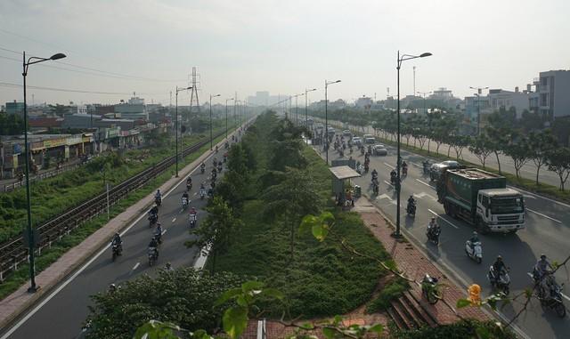 Thả xe máy vào làn ô tô, đường nội đô đẹp nhất Sài Gòn vỡ tổ - Ảnh 4.