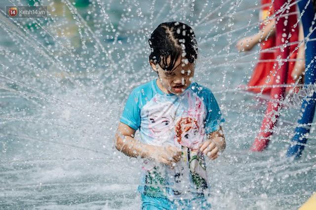 Người dân Hà Nội thích thú trải nghiệm công viên nước hiện đại nhất Thủ đô trong ngày đầu mở cửa - Ảnh 29.