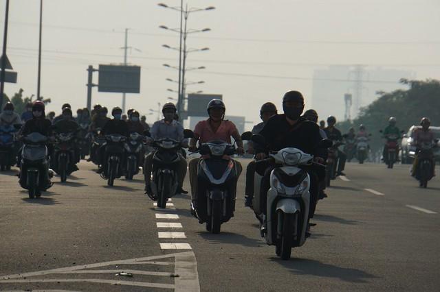 Thả xe máy vào làn ô tô, đường nội đô đẹp nhất Sài Gòn vỡ tổ - Ảnh 5.