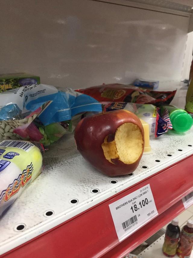 Khách Việt thản nhiên khui đồ ăn, phá nát hàng hóa trong siêu thị như ở chốn không người - Ảnh 4.