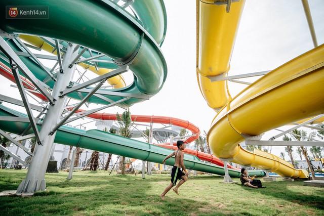 Người dân Hà Nội thích thú trải nghiệm công viên nước hiện đại nhất Thủ đô trong ngày đầu mở cửa - Ảnh 32.