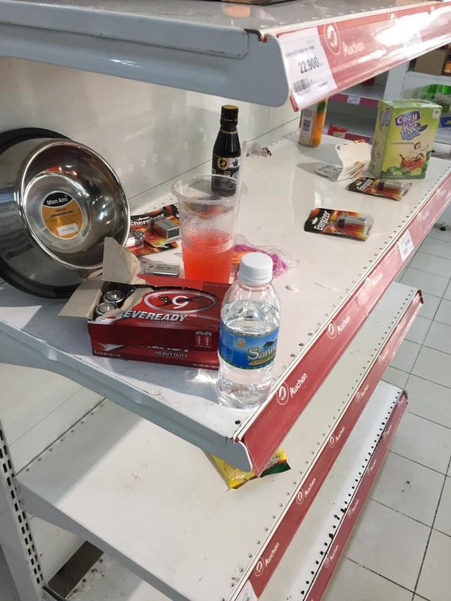 Khách Việt thản nhiên khui đồ ăn, phá nát hàng hóa trong siêu thị như ở chốn không người - Ảnh 6.