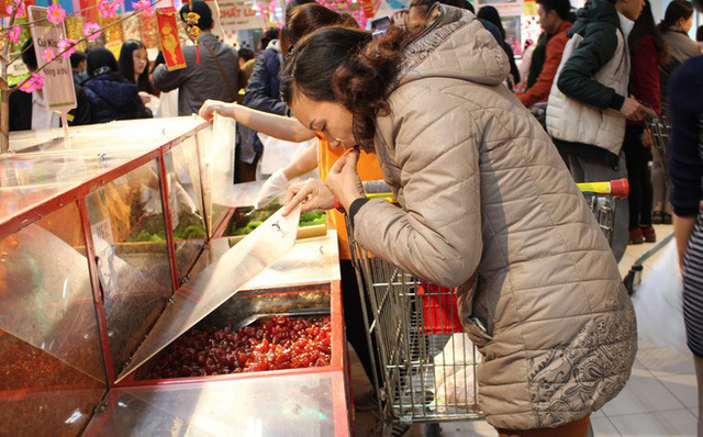 Khách Việt thản nhiên khui đồ ăn, phá nát hàng hóa trong siêu thị như ở chốn không người - Ảnh 7.