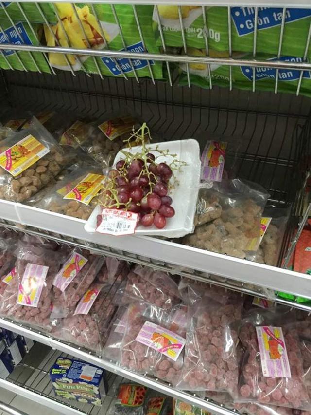 Khách Việt thản nhiên khui đồ ăn, phá nát hàng hóa trong siêu thị như ở chốn không người - Ảnh 8.