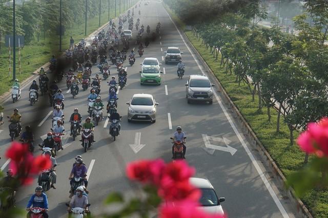 Thả xe máy vào làn ô tô, đường nội đô đẹp nhất Sài Gòn vỡ tổ - Ảnh 10.