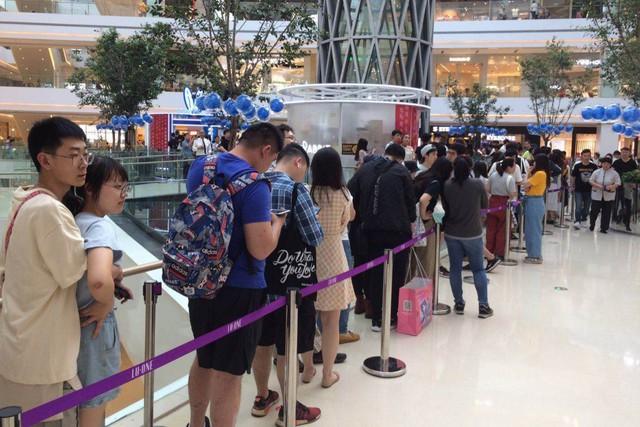Dân Trung Quốc sẵn sàng chi gần 2 triệu đồng mua 1 cốc trà sữa, xếp hàng 5 tiếng đồng hồ để ủng hộ thương hiệu địa phương giữa tâm bão trade war - Ảnh 1.