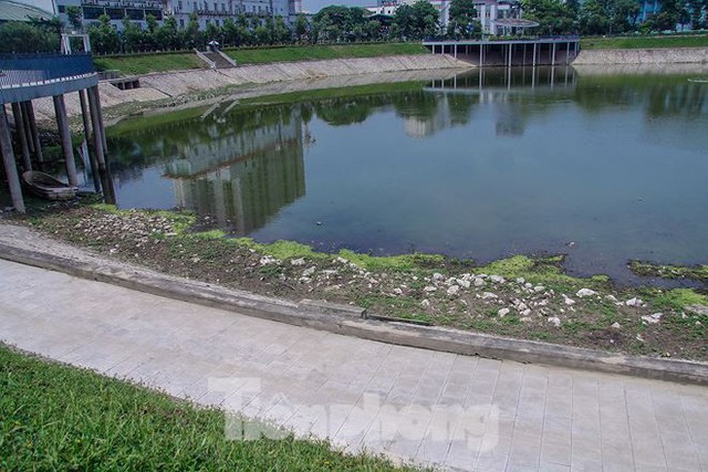 Công viên 300 tỷ cạn nước, ô nhiễm những ngày nắng gắt - Ảnh 2.