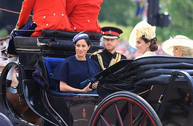 Hoàng tử Harry gây chú ý với gương mặt lạnh như tiền, không mấy vui vẻ khi ngồi cạnh vợ Meghan và lý do khiến ai cũng ngỡ ngàng - Ảnh 1.