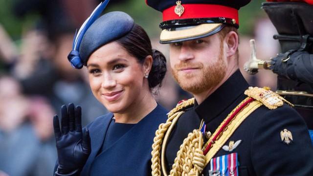 Hoàng tử Harry gây chú ý với gương mặt lạnh như tiền, không mấy vui vẻ khi ngồi cạnh vợ Meghan và lý do khiến ai cũng ngỡ ngàng - Ảnh 2.