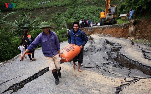 Ảnh: Sạt trượt đường tỉnh lộ, đe dọa cô lập 8 xã biên giới Lai Châu - Ảnh 14.
