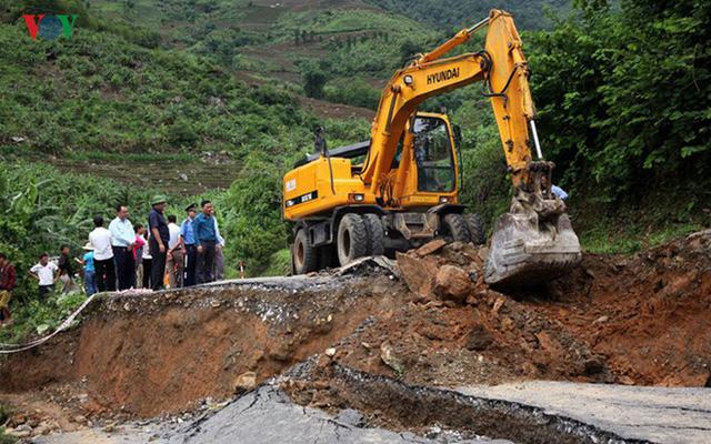 Ảnh: Sạt trượt đường tỉnh lộ, đe dọa cô lập 8 xã biên giới Lai Châu - Ảnh 16.