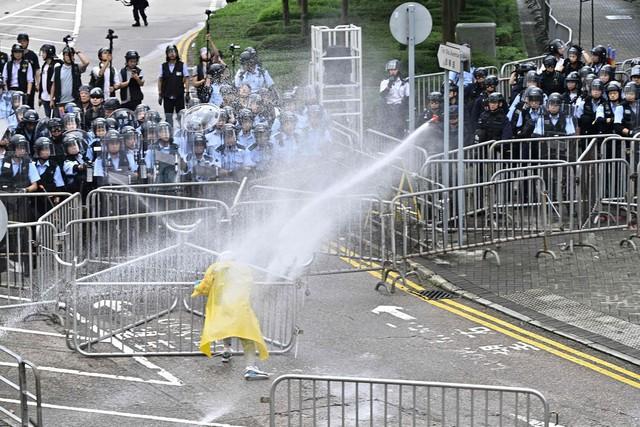 Hong Kong: Giao thông tê liệt vì người biểu tình, cảnh sát sử dụng hơi cay và súng phun nước  - Ảnh 11.