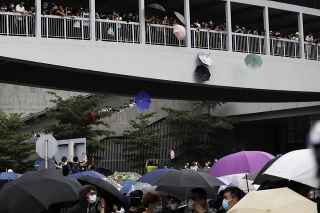 Hong Kong: Giao thông tê liệt vì người biểu tình, cảnh sát sử dụng hơi cay và súng phun nước  - Ảnh 12.