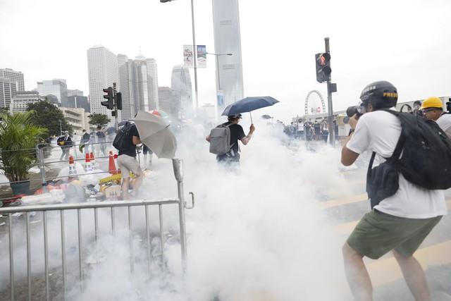 Hong Kong: Giao thông tê liệt vì người biểu tình, cảnh sát sử dụng hơi cay và súng phun nước  - Ảnh 1.