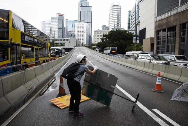 Hong Kong: Giao thông tê liệt vì người biểu tình, cảnh sát sử dụng hơi cay và súng phun nước  - Ảnh 13.