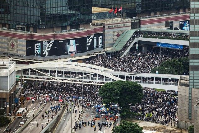 Hong Kong: Giao thông tê liệt vì người biểu tình, cảnh sát sử dụng hơi cay và súng phun nước  - Ảnh 4.