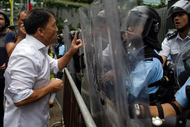 Hong Kong: Giao thông tê liệt vì người biểu tình, cảnh sát sử dụng hơi cay và súng phun nước  - Ảnh 5.