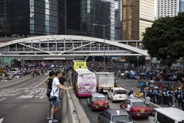Hong Kong: Giao thông tê liệt vì người biểu tình, cảnh sát sử dụng hơi cay và súng phun nước  - Ảnh 7.