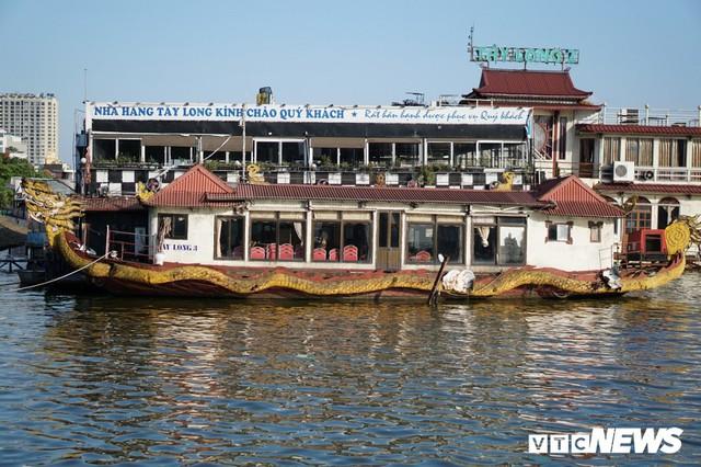 Du thuyền xa hoa một thời hoen gỉ, mục nát trên Hồ Tây - Ảnh 1.