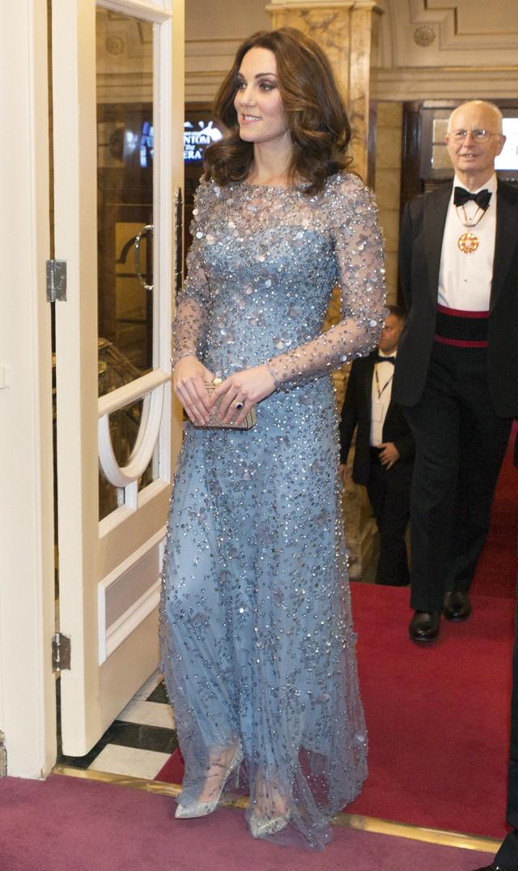 Hãy xem phản ứng của Công nương Kate Middleton khi bị 1 bé gái hỏi: Tại sao cô không mặc váy công chúa Elsa? - Ảnh 3.