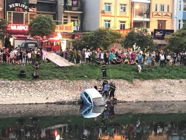 Xe ô tô bất ngờ 'tắm' sông Tô Lịch - Ảnh 7.