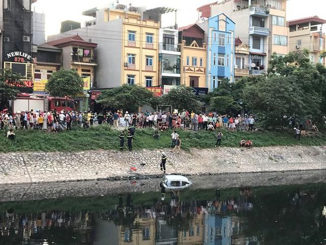 Xe ô tô bất ngờ 'tắm' sông Tô Lịch - Ảnh 8.