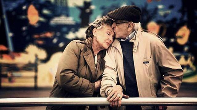 Tiền bạc không làm nên hôn nhân bền vững, một gia đình hạnh phúc hóa ra phụ thuộc vào 5 thói quen cực kỳ đơn giản này: Những ai từng đi qua đổ vỡ mới thấm thía - Ảnh 2.