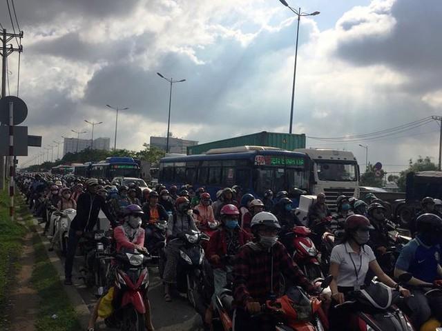 Cửa ngõ Sài Gòn tê liệt vì tai nạn chết người - Ảnh 1.