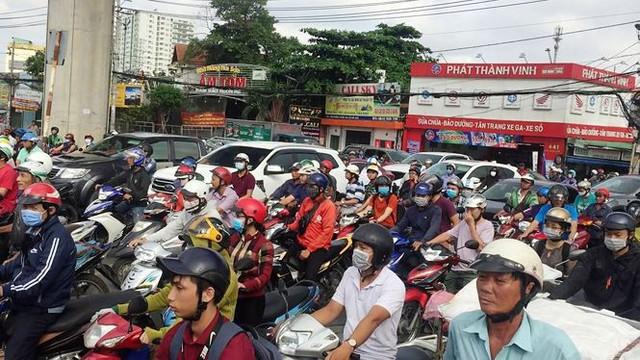Cửa ngõ Sài Gòn tê liệt vì tai nạn chết người - Ảnh 2.