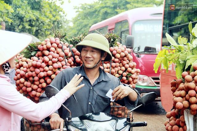 Chùm ảnh: Người dân Bắc Giang ùn ùn đi bán vải, đường phố ùn tắc hàng km - Ảnh 11.