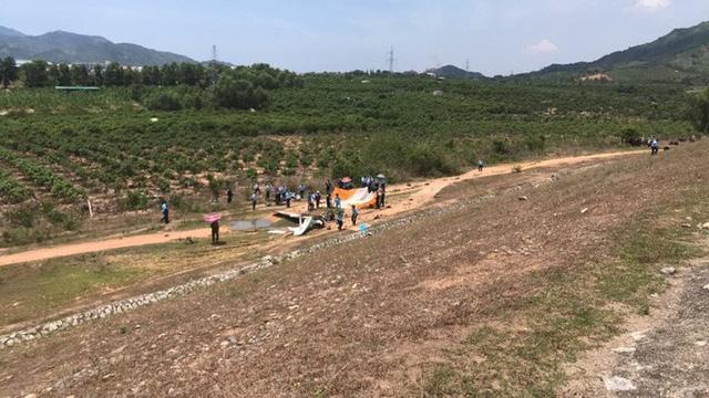 Cận cảnh rơi máy bay ở Khánh Hòa, 2 người tử nạn  - Ảnh 4.